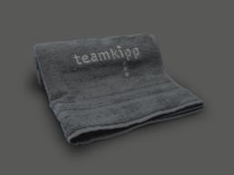 Team Kipp Referenz Beitragsbild Duschhandtuch Grau
