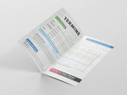 Aufgeklappte Broschüre in Format DIN lang